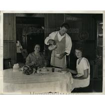 1931 Press Photo Ernie Schaaf bixer with mom & sister Lucille at MA home