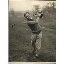 1925 Press Photo jockey Earl Sande playing golf, while recovering from accident