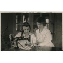 1922 Press Photo Mrs Bessie Stevens Sewing - nex99761