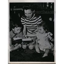 1945 Press Photo Ruth Schultz with Children Wife of Polygamist Carl F Schultz