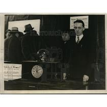 1930 Press Photo J. H. Bollman of Bell Laboratories with new electric clock