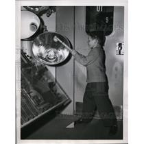 1950 Press Photo Jerry Mulvey demos GE sports lights at an exhibit