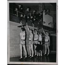 1945 Press Photo Valparaiso basketball, Wally Warnke, Milt Sohoon - nes44065