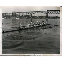 1938 Press Photo Syracuse U crew works out on Hudson River for College regatta
