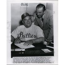 1952 Press Photo Steve O'Neill Signs as Manager of Phillies with Bob Carpenter