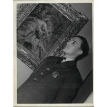 1940 Press Photo A security guard at an art museum display - neb62926