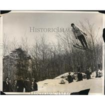 1931 Press Photo Harald Sorenson ski jumps 181 feet in NY ski meet - nes45177