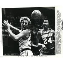 1961 Press Photo Larry Bird of Celtics, Rockets Moses Malone at NBA Championship