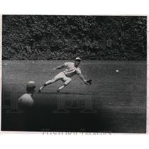 1969 Press Photo Adolfo Phillips dives for catch vs Cubs Paul Popovich