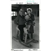 1991 Press Photo Liz Brooks & Marilynn Kathrein show Trail Blazer autograph ball