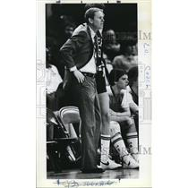 1982 Press Photo Lakers coach Sonny Long during a victory over Cavaliers