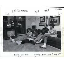 1991 Press Photo Bonnie Morris, Michael, Allison and Bob watching Trail Blazers