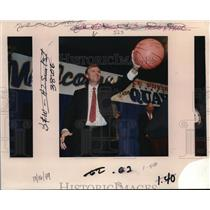 1989 Press Photo Dan Quayle Holds an Autographed Trail Blazer Basketball
