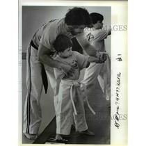 1983 Press Photo Kenneth Barrett Helps M. Hosmer in His Gresham Karate Class