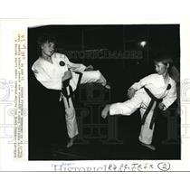 1986 Press Photo Lori Burgess practice kick w/ Robert Lord in martial arts class