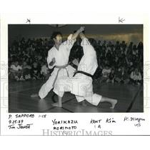 1989 Press Photo Yorikazu Morimoto & teacher Kent Kim demonstrates martial arts