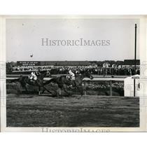 1943 Press Photo B Thompson on Mar-Kell vs C McCreary on Stefanita at Aqueduct