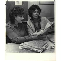 1981 Press Photo Rhena Kelson and Margery Kohrman check petition on Human Rights