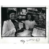 1989 Press Photo Laura Jones, lotto winner with the lotto ticket seller Carolyn
