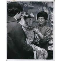 1970 Press Photo Mrs Gam Louie displaying one of her imported items in Hong Kong