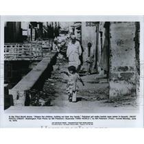 1978 Press Photo A Pakistan girl walks beside open sewer in Karachi - cva20073