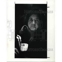 1989 Press Photo Romanian Woman Elizabeth Costea who burns candles for Romania