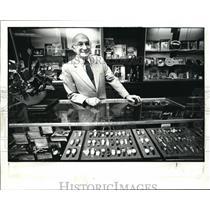 1983 Press Photo Bill Bivner in his jewelry store on Broadway Avenue - cva14805