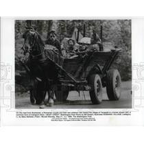 1990 Press Photo A Romanian family towards the Tarasesti village - cva22874