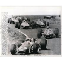 1967 Press Photo Dennis Hulme leads the pack around a curve in 212 mile race