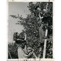 1943 Press Photo Washington pitcher Dutch Leonard & Ruth Holmes in VA