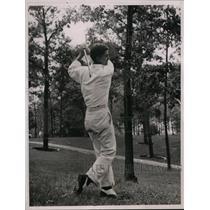 1936 Press Photo Frank Strafaci playing iron shot in rough at golf tournament