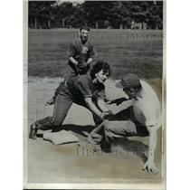 1943 Press Photo Lorraine Worth second base position in softball  - nee15633