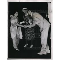 1937 Press Photo Manuel L Quezon and Mrs Theodore Roosevelt meet in Manilan