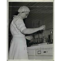 1942 Press Photo Transferring Specimen To A Tube At Ben Venue Labs  - nee91525