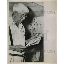 1952 Press Photo Frank Collins of Cape Cod MA runs book shop  - nee93273