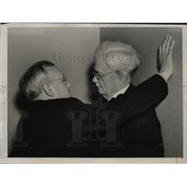 1940 Press Photo Former Kansas Gov alf Landon talks with Sen John Townsend
