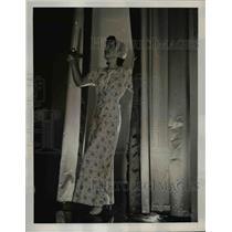 1939 Press Photo Flower Sprigged Flannelette Gown sleeping fashion  - nee89818