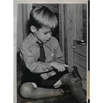 1937 Press Photo Bird as mascot of the kindergarten class of Duluth Minn School