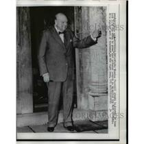1958 Press Photo Sir Winston Churchill waves to crowd outside his home