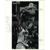 1990 Press Photo John Hot Rod Williams No 18 of the Cavs slams for two.