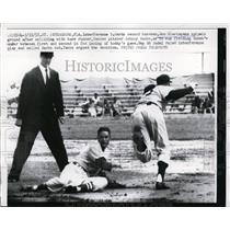 1957 Press Photo Cardinal Don Blasingame collides with Yankee Johnny Kucks