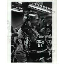 1990 Press Photo Brian Owens and Terenz Parker chase ball. Euclid vs Glenville.