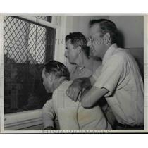 1954 Press Photo Frank Baumholtz, Hank Sauerm Bib Rush of Cubs - net04937