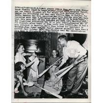 1949 Press Photo Pittsburgh Pirates Johnny Hopp with wife and kids - net04165