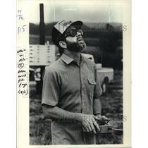 1982 Press Photo Jack Heilpern's eyes followed his plane in flight - mja02056
