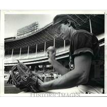 1988 Press Photo Jay Bell with his glove - cvb58665