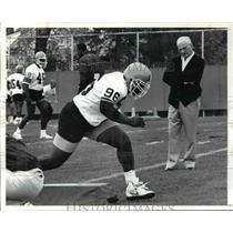1991 Press Photo Cleveland Brown's owner Art Model watches James Jones (96)