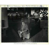 1984 Press Photo R Eric Johnson stranded in Portland International Airport