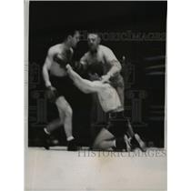 1937 Press Photo Boxer Baisano on ground as Woods knocked him down - net05208