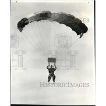 1985 Press Photo Novice jumber Julie Klasson gets feel of parachute ride as Stev
